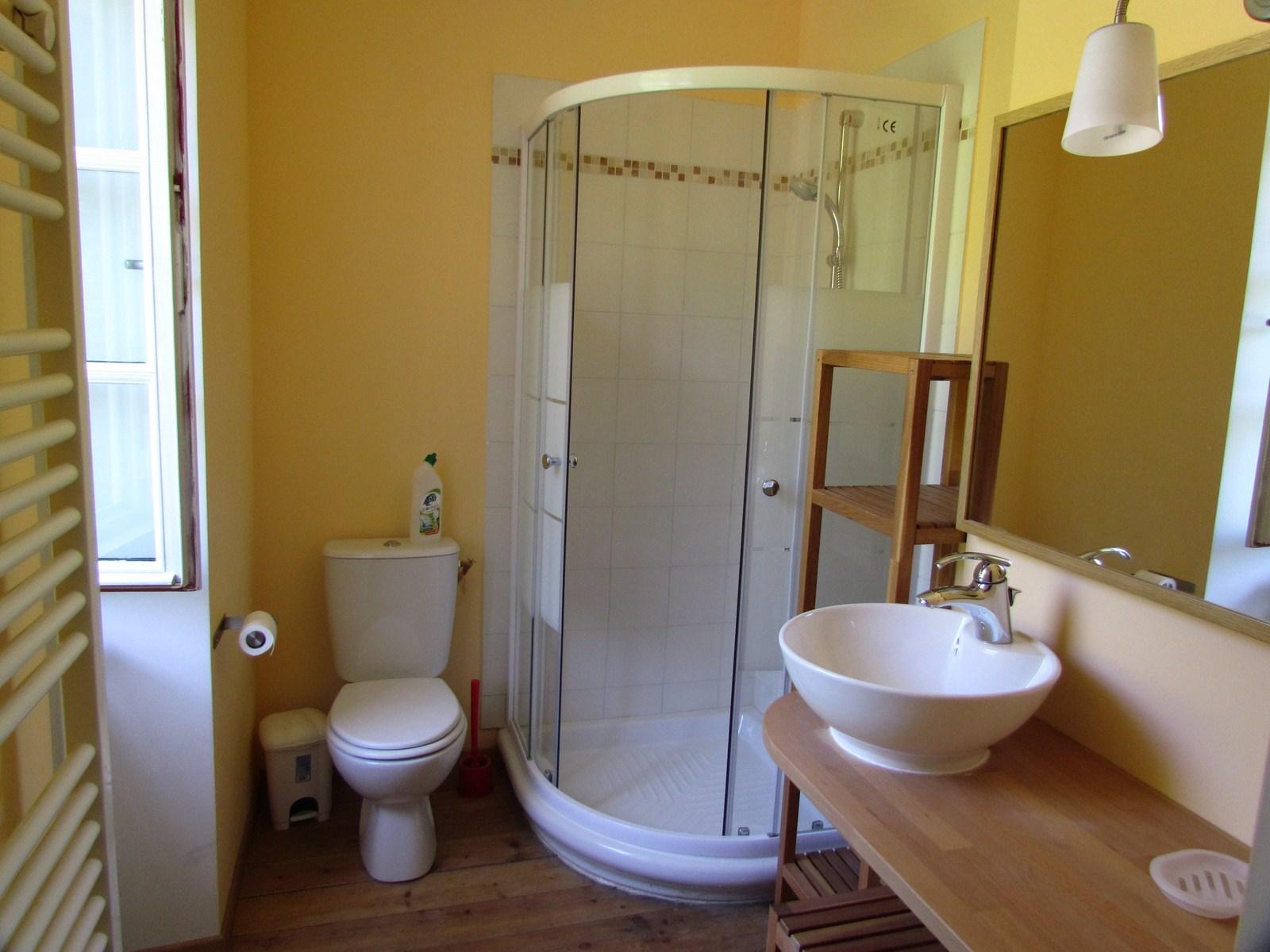 Partager une chambre en deux amenagement chambre double mixte chambre avec deux lits 90 coin for Peindre ses toilettes